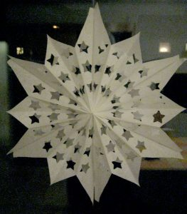 Ein Stern aus Butterbrotpapiertüten